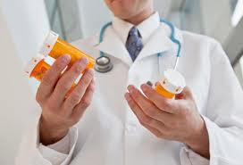 Доктор с таблетками в руках